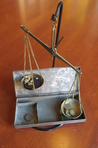 Scale   with weights and carrying case